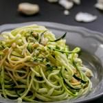 Salat aus Vollkorn-Spaghetti mit Zudeln, Basilikum und Pinienkernen