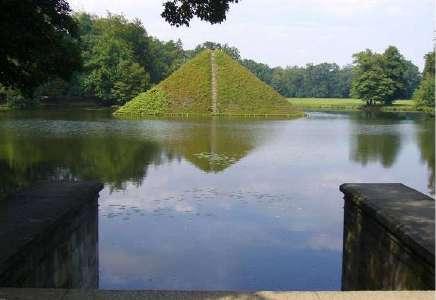 Pyramide mit dem Herzen des Fürsten Pückler im See des Parkes von Branitz