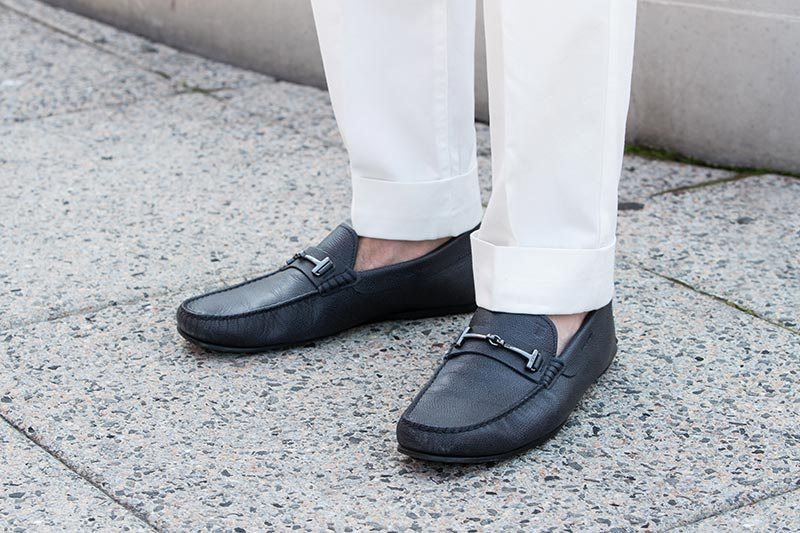 tods-dark-navy-blue-driving-loafers-with-white-pants-2-inch-cuff
