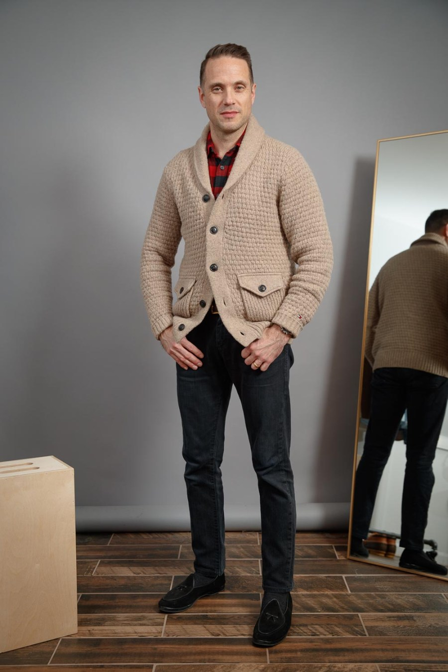 mens-weekend-outfit-2021-black-jeans-slippers-tan-cardigan-uniqlo-buffalo-plaid-flannel-shirt