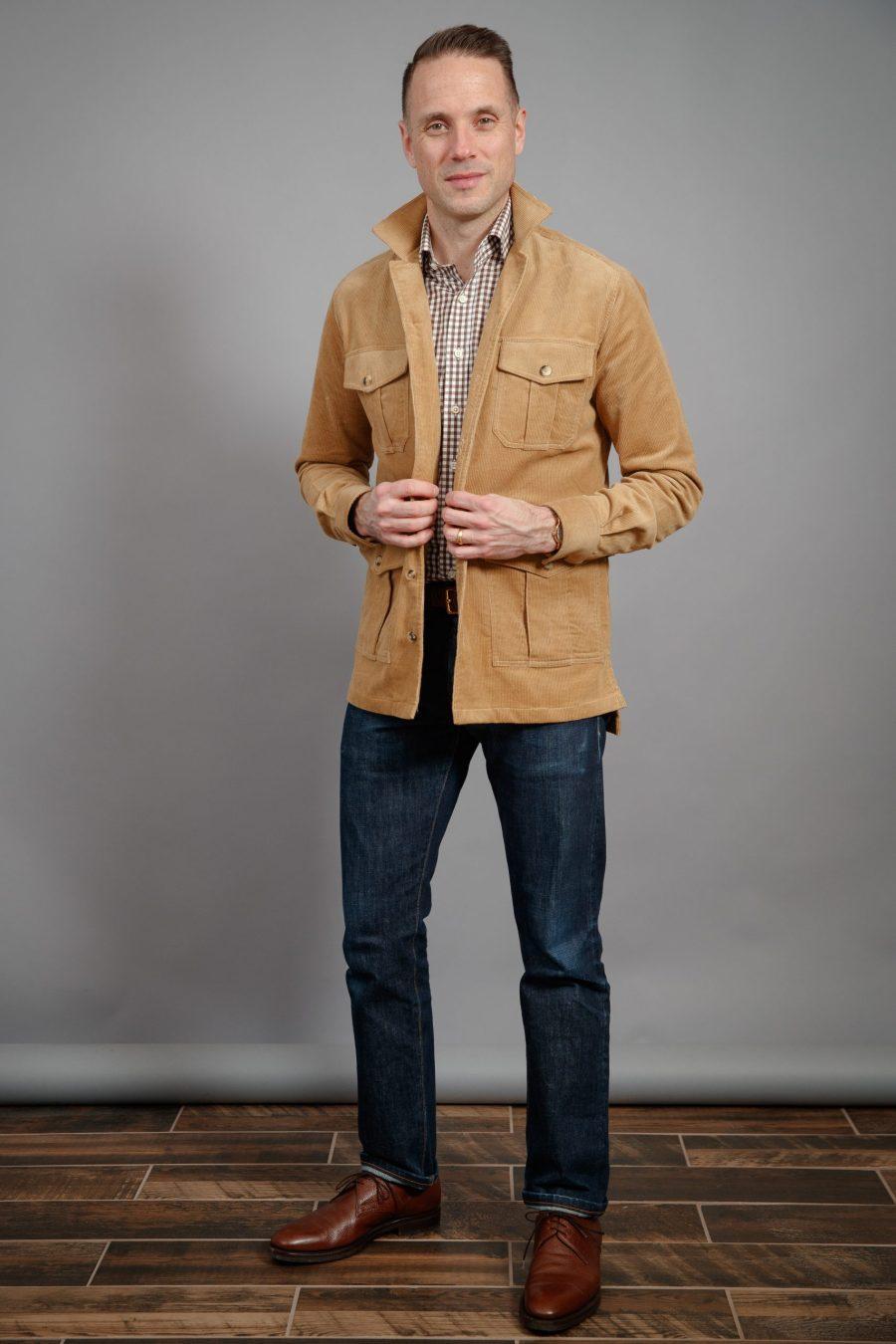 que-fica-bem-com-uma-camisa-jaqueta-de-veludo-camelo-marrom-camelo-e-sapatos-marrons