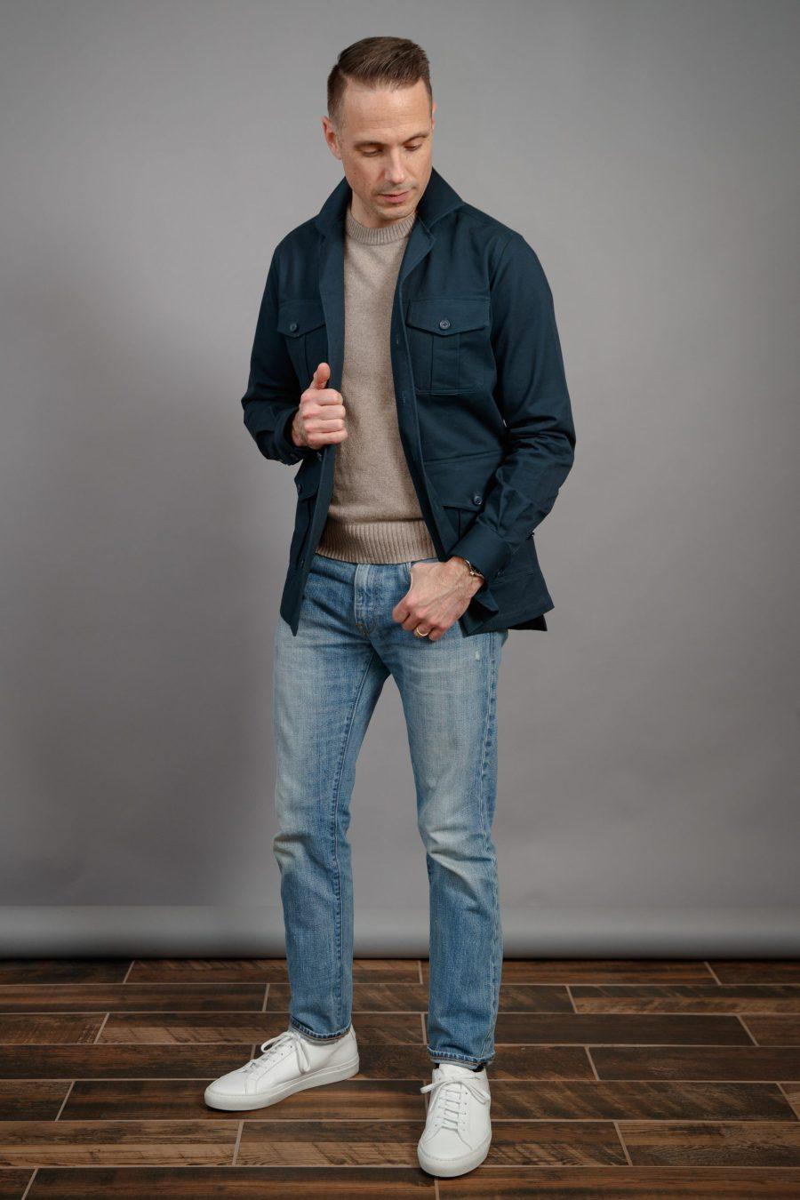 camisa-de-algodão-marinho-jaqueta-cabana-para-homens-lavagem-luz-denim-tan-suéter-branco-tênis-primavera-verão-2021