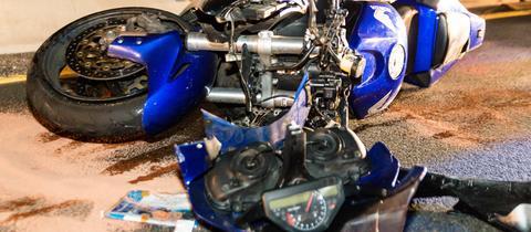 Das verunfallte Motorrad liegt auf dem Asphalt