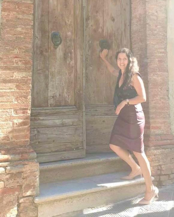 Isabel Gil an der Holztuer