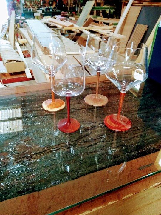 Handgemachte Weingläser in der Holz-Manufaktur