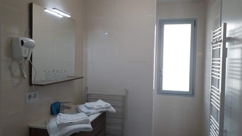 Salle d'eau location Hestia Locathermes proche cure à Jonzac