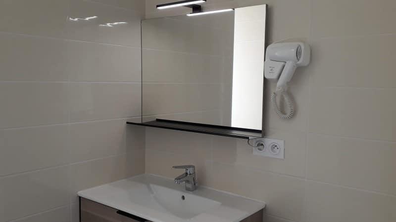 Meuble vasque dans salle d'eau location à Jonzac