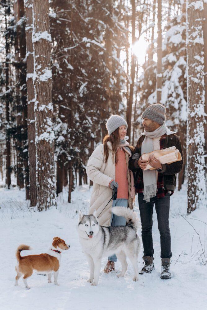 Romantische date ideeën voor de herfst&winter - boswandeling in de sneeuw
