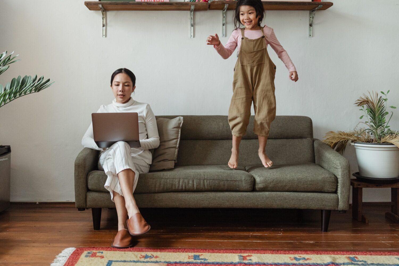 Moeder & kind - Baby - Kinderbijslag 2021, zo zit het! Home office - thuiswerken met kinderen 1
