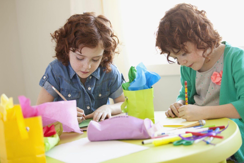 Het Gezinsleven - Moeder & Kind - Kinderen 4-12 jaar - Is jouw kind linkshandig of rechtshandig? - Tweeling, een is rechtshandig en de ander is linkshandig
