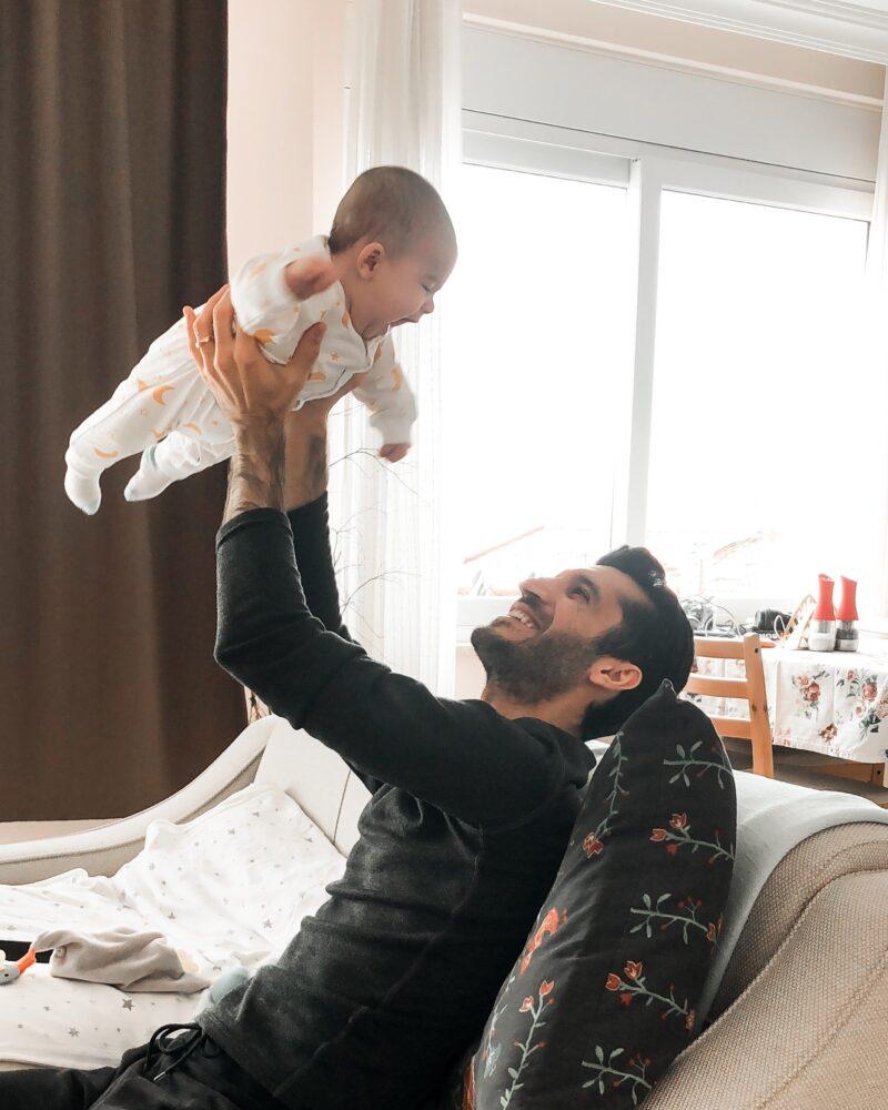 Het Gezinsleven - Lifestyle - Mannen - Top 10: zwangerschapsboeken voor mannen - Vader houdt zijn baby in de lucht