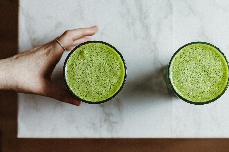 Het Gezinsleven - Koken en Recepten - 3 groene smoothies - verse groene smoothie staat klaar om gedronken te worden