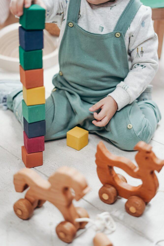 Het Gezinsleven - Gezinsactiviteiten - Speelgoed - Houten speelgoed - Een houten blokkentoren wordt gebouwd.