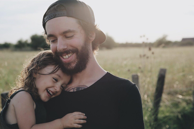 Het Gezinsleven - Moeder en kind - Kinderen 4-12 jaar - Oh nee, mijn kind heeft hoofdluis! - Vader knuffelt zijn dochter (haar-haar contact)