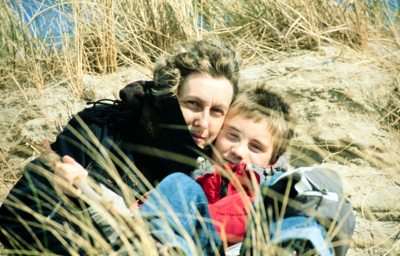 Het Gezinsleven - Moeder en kind - Kinderen 4-12 jaar - Oh nee, mijn kind heeft hoofdluis! - Moeder en zoon zitten zo dicht bij elkaar dat de haren elkaar raken