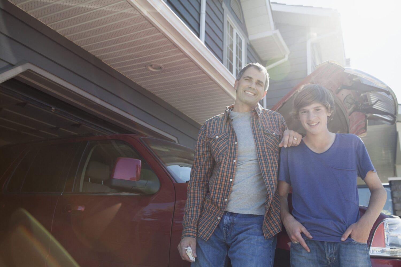 Het Gezinsleven - Vakantie - Autovakantie - Autovakantie met kinderen - Vader en zoon hebben de auto vakantie klaar gemaakt