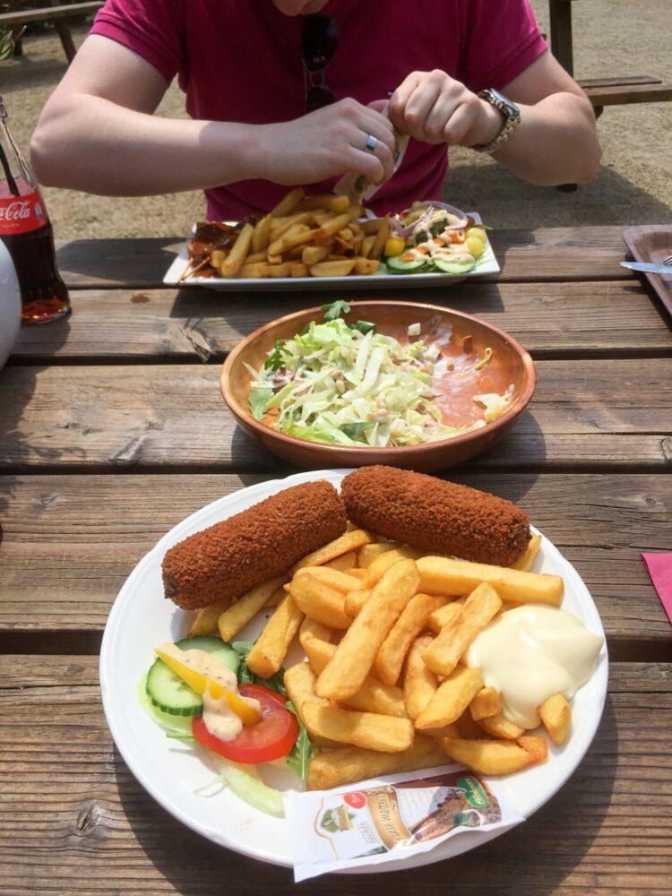 Het Gezinsleven - Uitstapjes - Bezienswaardigheden - Top 10 Bezienswaardigheden in Limburg - Kasteeltuinen Arcen, frietjes eten