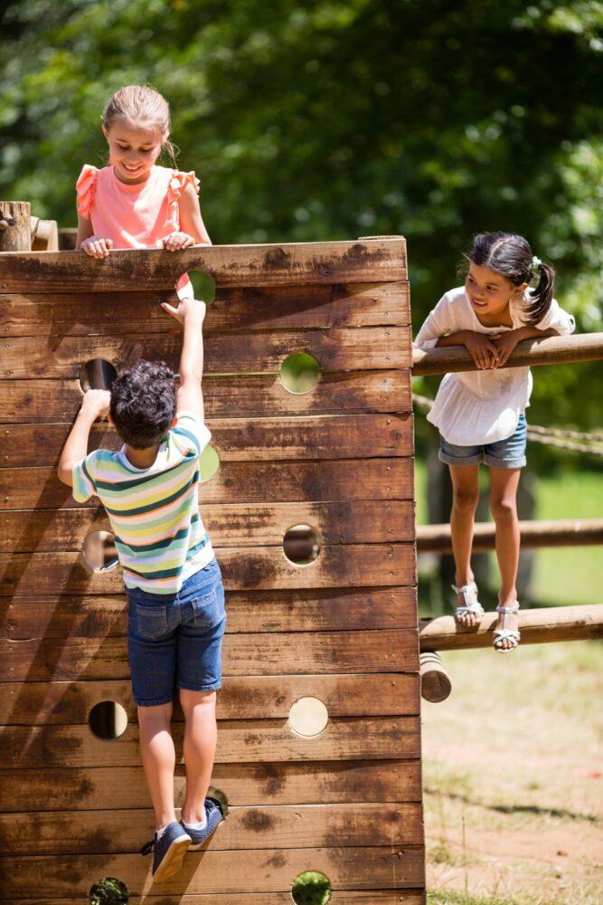 Het Gezinsleven - Uitstapjes - Natuur - Speelbossen in Zuid-Holland - Kinderen klimmen op de speeltoestellen in het bos