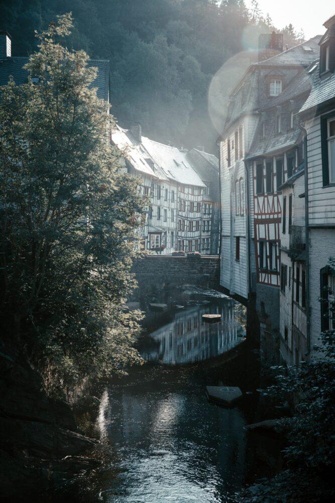 Het Gezinsleven - Vakantie - Stedentrips - De mooiste steden in de Eifel! - Doorkijk in Monschau