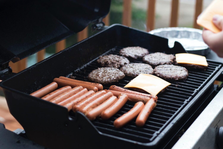 Het Gezinsleven - Lifestyle - Koken en Recepten - 4 barbecue tips - goed gevulde barbecue met rauw vlees