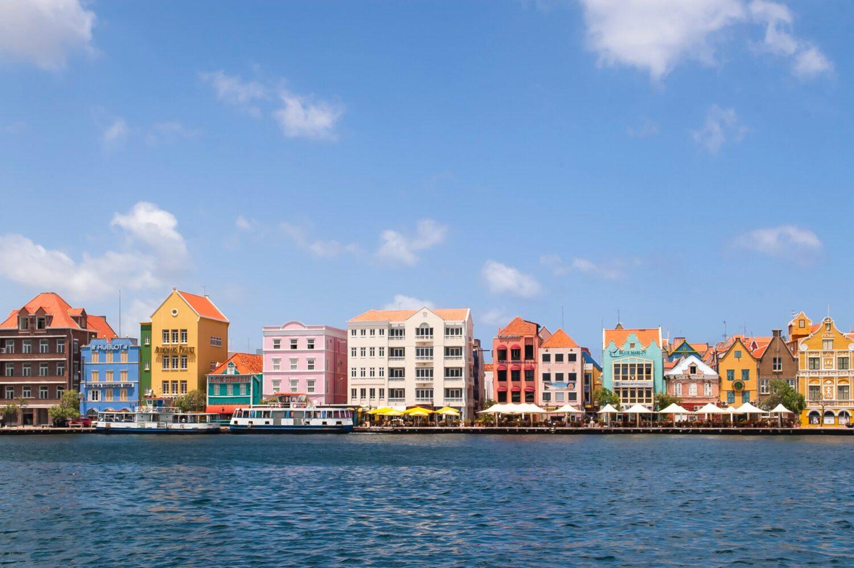 Vakantie - Vliegvakanties - 5 redenen voor je volgende reis naar Curaçao! - Willemstad, de gekleurde huizen