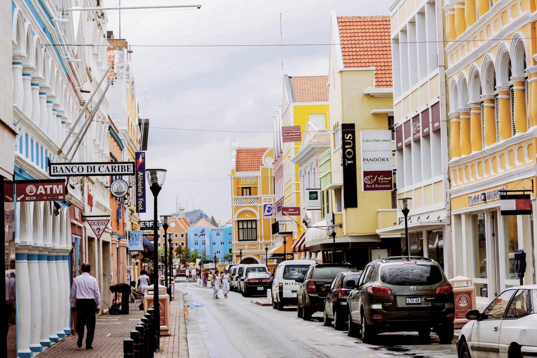 Vakantie - Vliegvakanties - 5 redenen voor je volgende reis naar Curaçao! - Een straat in Willemstad, met de gekleurde huizen