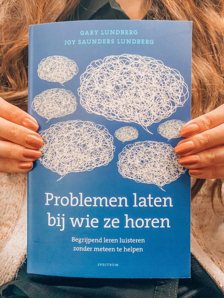 Het Gezinsleven - Lifestyle - Hobby's - Boek recensie: Problemen laten bij wie ze horen - Foto van de voorkant van het boek