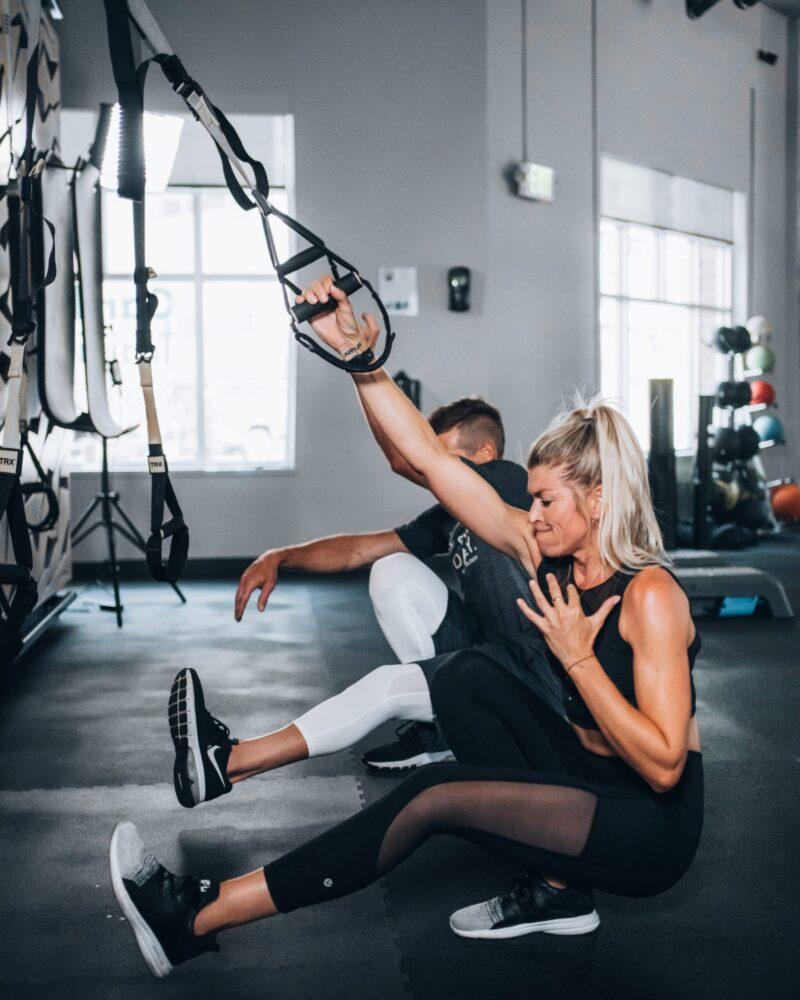 Het Gezinsleven - Lifestyle - Sporten - Spierpijn voorkomen - Vrouw doet kracht training
