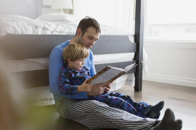 Het Gezinsleven - Moeder en Kind - Kinderen 1-4 jaar = Zo maak je voorlezen leuk! - Vader leest voor aan zijn zoon