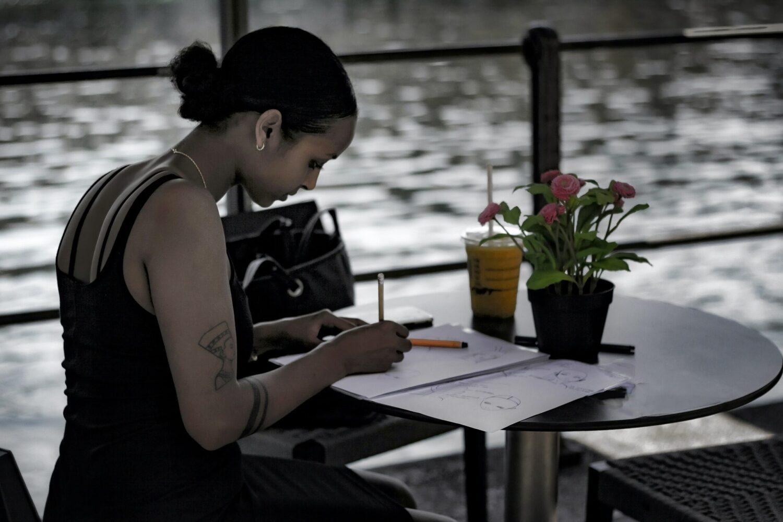 Het Gezinsleven - Lifestyle - Mindset - Affirmaties, wat is het en hoe werkt het? - Vrouw schrijft haar affirmaties
