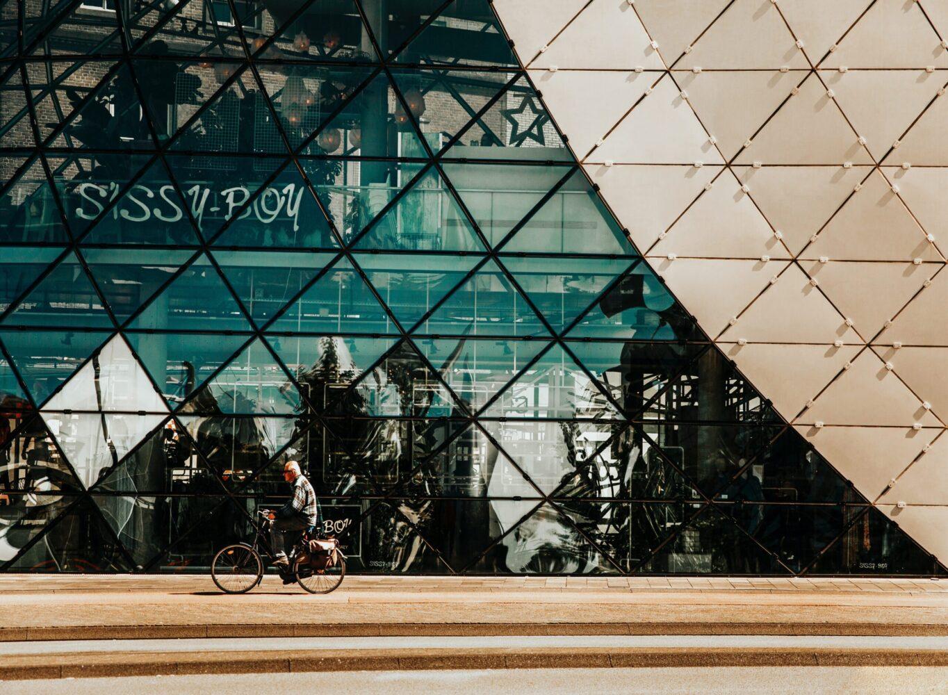 Het Gezinsleven - Uitstapjes - Bezienswaardigheden - 10x een hotspot in Eindhoven - De Blob in Eindhoven met fietser