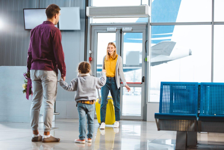 Het Gezinsleven - Moeder en Kind - Moeders - Hoe zorg je voor een goede relatie tussen een kind en ouder die vaak weg is? - Mama is geland op het vliegveld