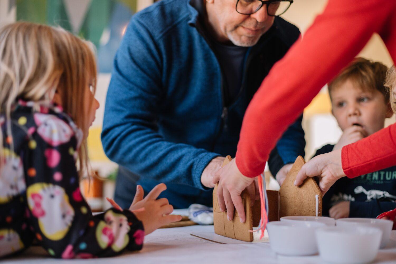 Het Gezinsleven - Moeder en Kind - Baby - 5 manieren om opa en oma feliciteren met hun kleinkind - Samen bakken met opa en oma
