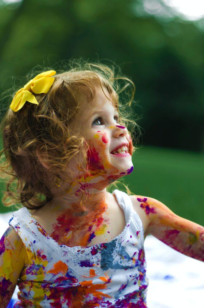 Het Gezinsleven - Moeder en Kind - Moederskindje: wat als jouw kind alleen maar bij jou wil zijn? - Kliederen met verf