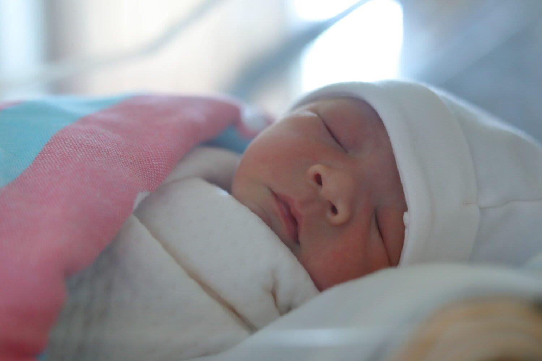 Het Gezinsleven - Moeder en Kind - Baby - 35 geboortewensen, feliciteren geboorte zoon! - Pasgeboren baby slaapt