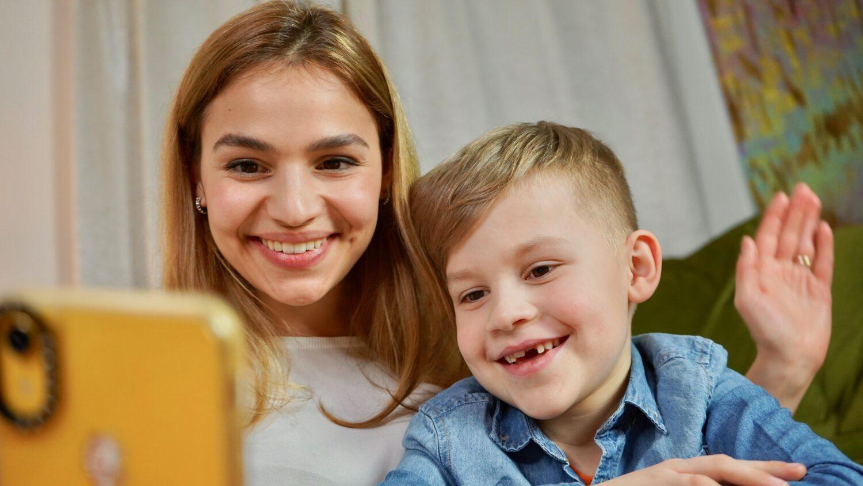 Het Gezinsleven - Moeder en Kind - Moeders - Hoe zorg je voor een goede relatie tussen een kind en ouder die vaak weg is? - FaceTime met papa