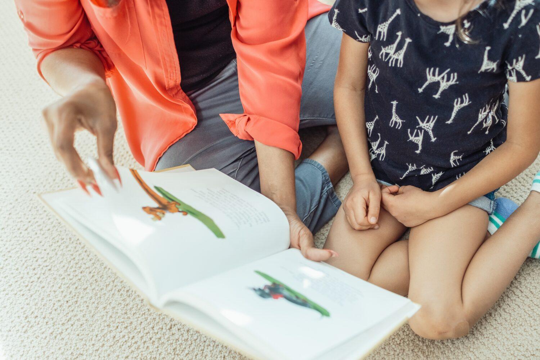 Het Gezinsleven - Moeder en Kind - Kinderen 1-4 jaar - Voorleestips voor jonge ouders! - Samen een boekje lezen op de grond