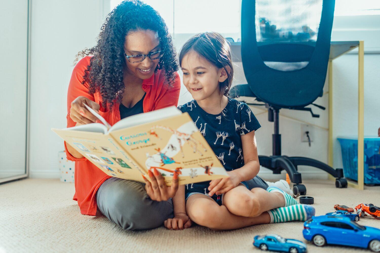 Het Gezinsleven - Moeder en Kind - Kinderen 1-4 jaar - Voorleestips voor jonge ouders! - Moeder en dochter lezen samen een boekje