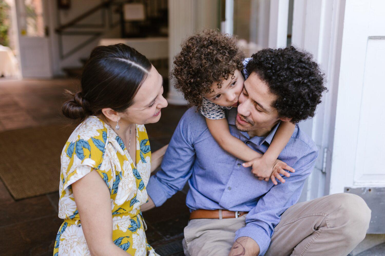 Het Gezinsleven - Moeder en Kind - Kinderen 1-4 jaar - Gentle Parenting en alles wat je er over moet weten! - Papa en mama praten met kindje