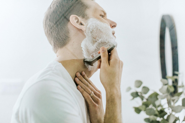 Het Gezinsleven - Lifestyle - Mannen - Goedkoop scheren en 5 tips! - Man scheert zichzelf in spiegel