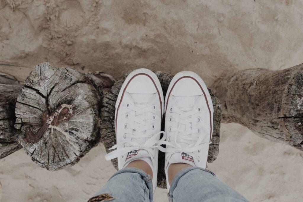 Het Gezinsleven - Lifestyle - Dames Mode - Heren Mode - Witte sneakers wit houden - Witte sneakers op het strand