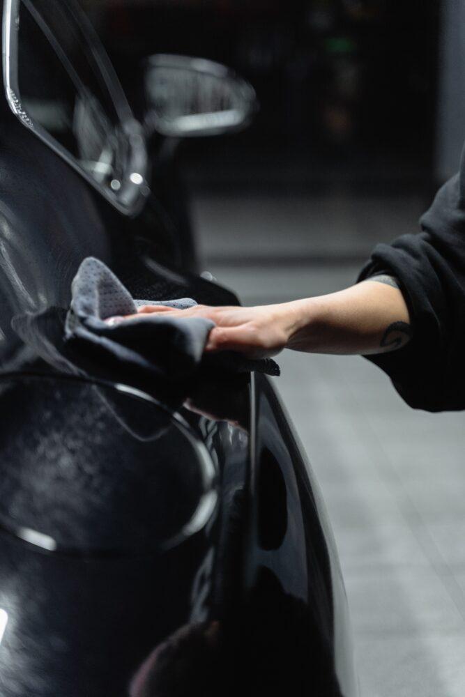 Het Gezinsleven - Lifestyle - Mannen - Hobby's - Auto wassen in 4 simpele stappen - Zwarte auto drogen na het auto wassen