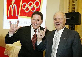 Net als vele andere illuminati zien we de CEO's van McDonald's regelmatig een 'geheim' illuminati handgebaar maken bij openbare optredens, zoals hier op presentaties voor de Spelen