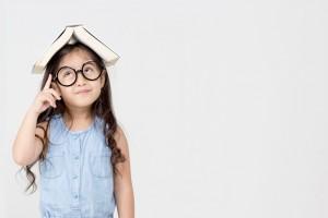 843x562 kind iets leren:meisje boek
