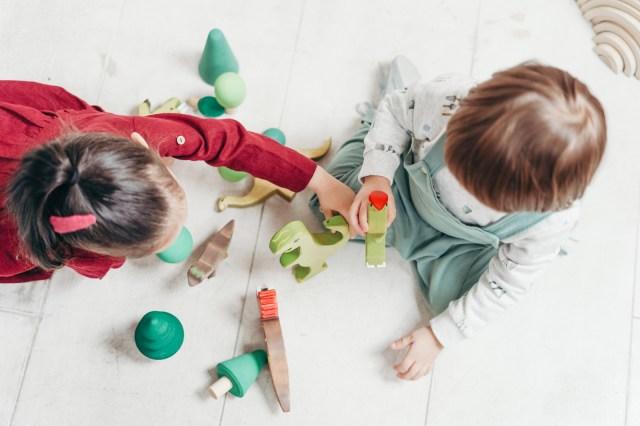 enfants jouent dans la maison simplifiée