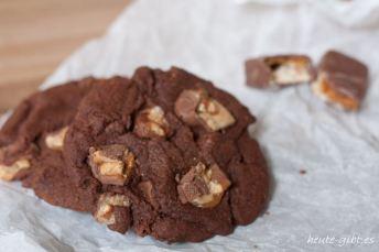 Leckere Cookies mit Schokolade und Erdnuss-Karamell-Riegel