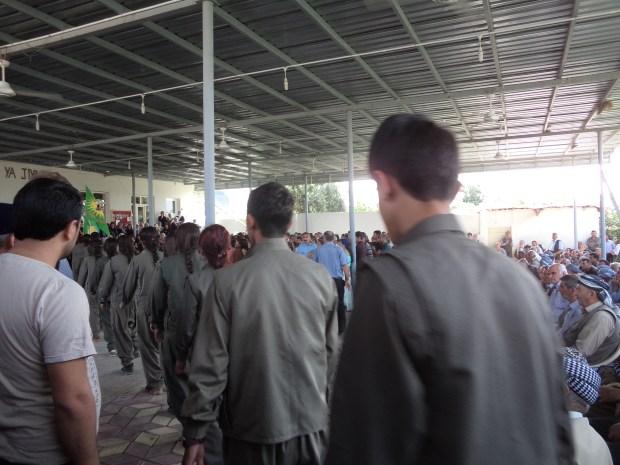 Партизаны вносят знамя на церемонию. Махмур