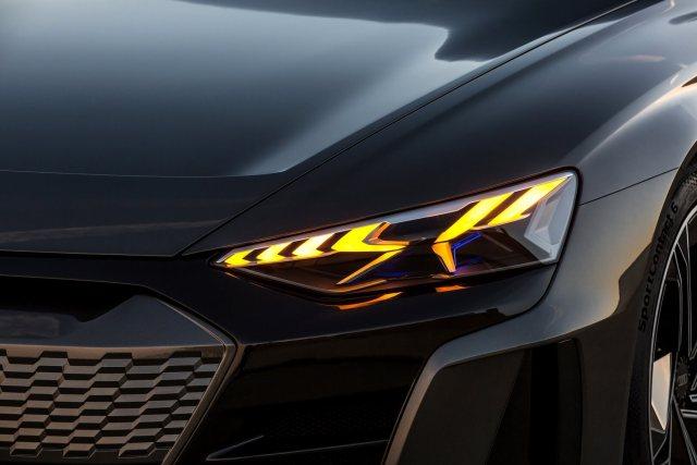 Передние фары будущего электрического седана Audi e-tron GT