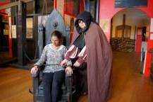 Henker und Hexe mit Folterstuhl