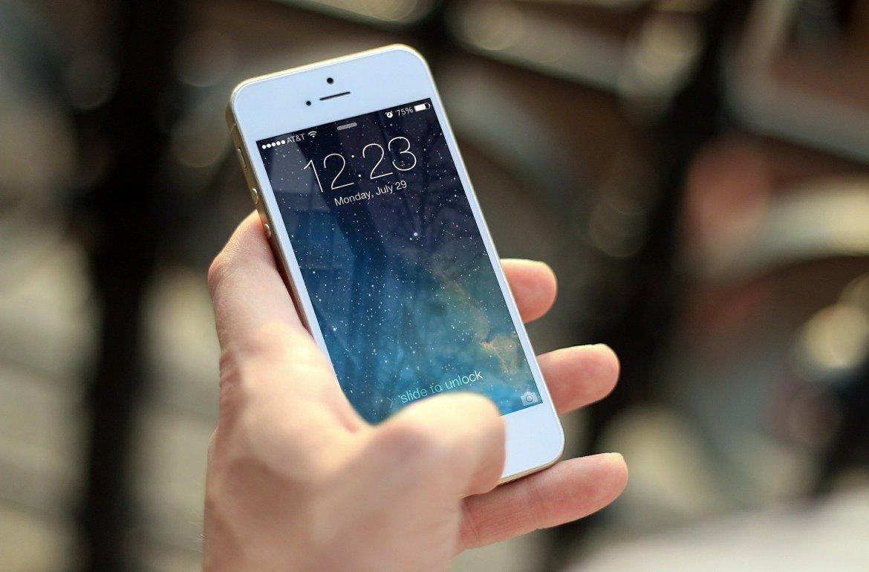 Mão a segurar um iPhone